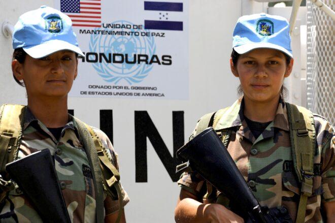 Các nữ quân nhân trong lực lượng GGHB Maria Sandra Granados (trái) và Carme Lara tham gia huấn luyện ở Talanga, Honduras, trước khi được triển khai đến Haiti - Ảnh: AFP