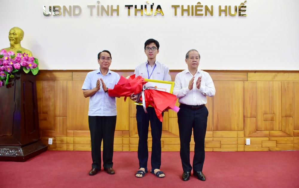 Ông Bùi Thanh Hà – Phó Bí thư thường trực Tỉnh ủy và ông Phan Ngọc Thọ - Chủ tịch UBND tỉnh Thừa Thiên – Huế tặng thưởng học sinh Hồ Việt Đức