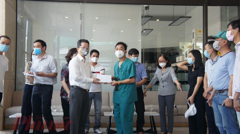 Ông Nguyễn Văn Quảng -Phó bí thư Thường trực Thành ủy Đà Nẵng - cảm ơn các đoàn y bác sỹ đã chi viện hỗ trợ thành phố chống dịch COVID-19
