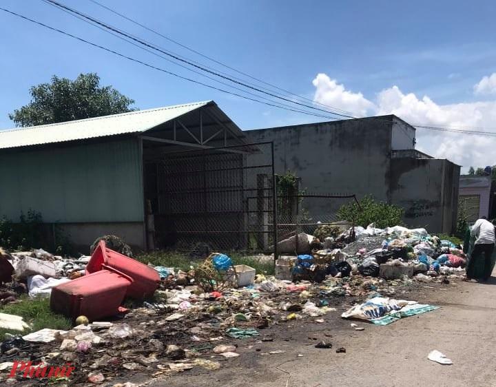 Rác thải thu gom ở Long An bị đổ trộm tại điểm trung chuyển rác của TPHCM - ảnh: CTV.