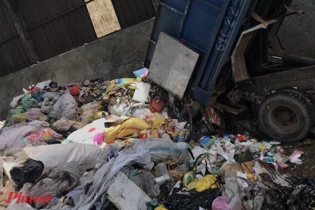 Xe tải đang đổ rác trộm tại xã Xuân Thới Thượng, huyện Hóc Môn thì bị bắt quả tang - ảnh: CTV.