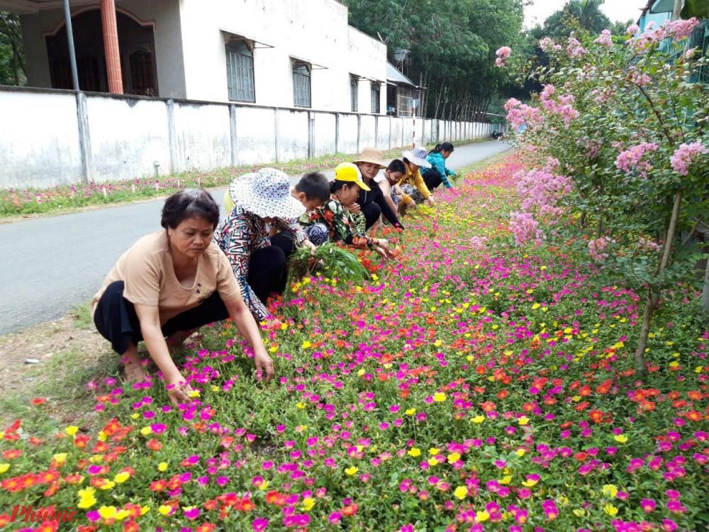 Người dân tham gia trồng các mảng xanh trên địa bàn huyện