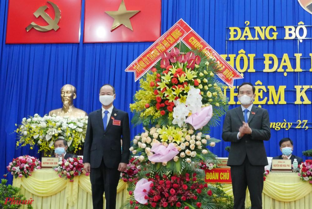 Phó Bí thư Thường trực Thành ủy TPHCM Trần Lưu Quang tặng hoa chúc mừng Đại hội đại biểu Đảng bộ huyện Củ Chi