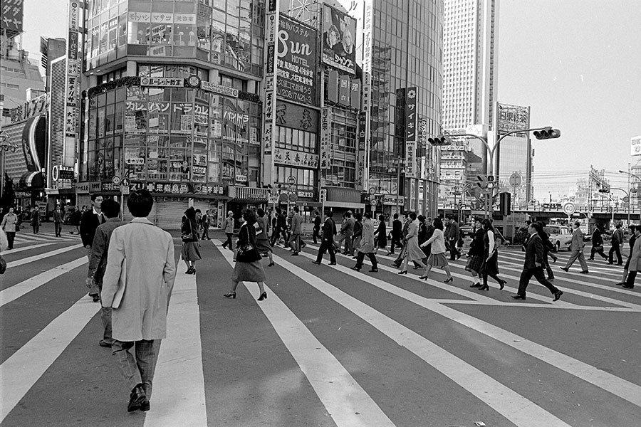 Mục tiêu phát triển kinh tế thời hậu chiến đã giúp Nhật Bản có những bước tiến nhanh, nhưng cũng tạo ra những vấn đề xã hội nghiêm trọng. Trong ảnh là người dân Nhật Bản trên đường phố Tokyo năm 1975 - Ảnh: Christian Science Monitor