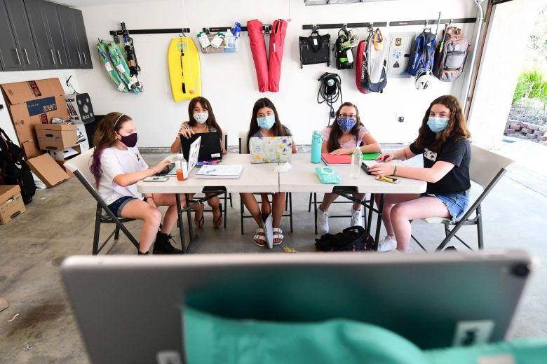 Các học sinh tham gia lớp học trực tuyến ở Mỹ.