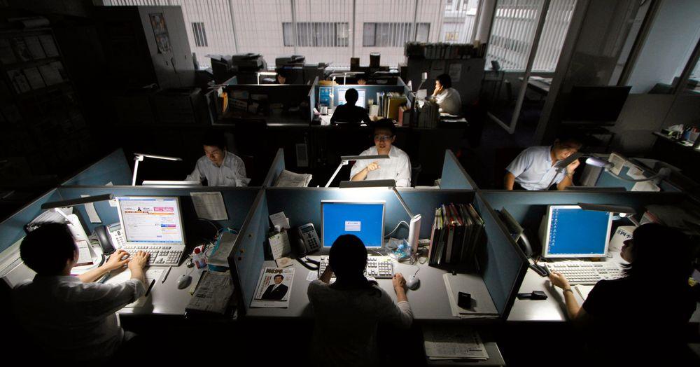 Nhân viên văn phòng làm việc đến tận khuya tại công sở là hình ảnh dễ bắt gặp ở Nhât Bản - Ảnh: Reuters