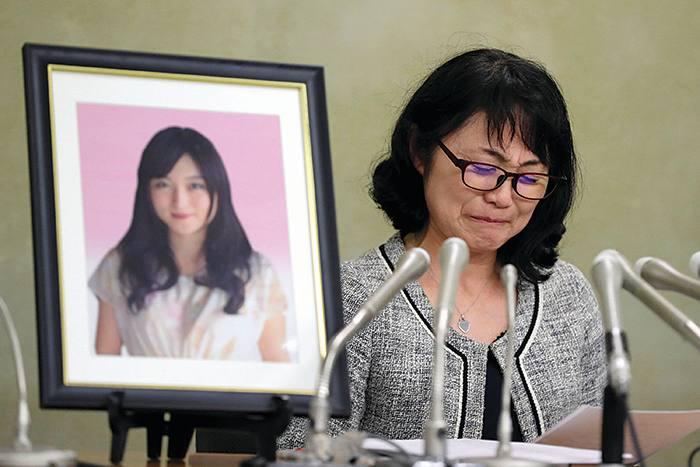 Bà Yukimi Takahashi bên di ảnh con gái Matsuri đã tự tử vì áp lực của quá tải trong công việc - Ảnh: Asahi Shimbun via Getty Images