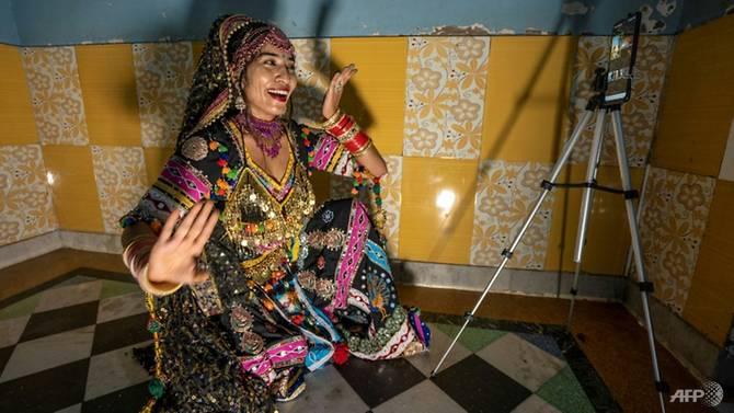 Aasha Sapera đang giảng dạy cho người học thông qua ứng dụng phát video