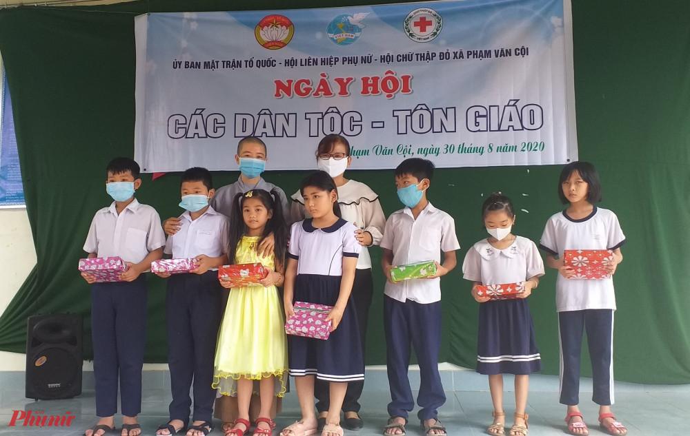 Ngày hội dành nhiều phần quà tặng cho trẻ em, giúp các em có thêm điều kiện chuẩn bị cho năm học mới