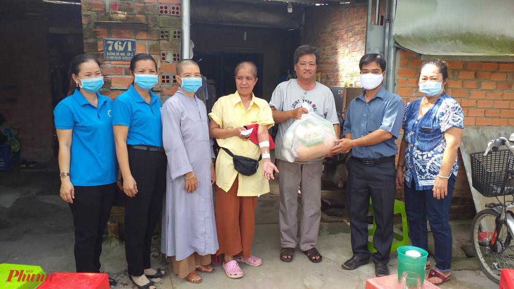 Nữ tu và Hội LHPN xã Phạm Văn Cội đến nhà thăm và tặng quà cho phụ nữ bị bệnh hiểm nghèo.
