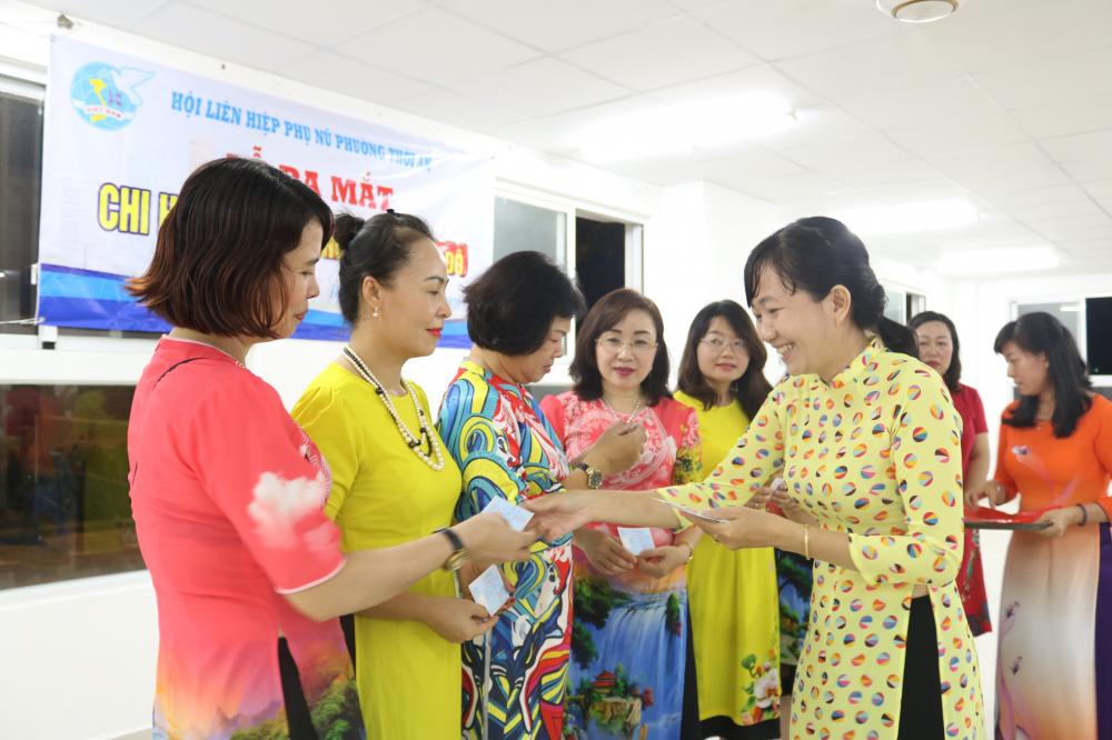 Chị Nguyễn Thị Thu Hà - Chủ tịch Hội LHPN phường Thới An, trao thẻ hội viên cho các dì, các chị ở Chi hội Phụ nữ Khu đô thị Hà Đô.
