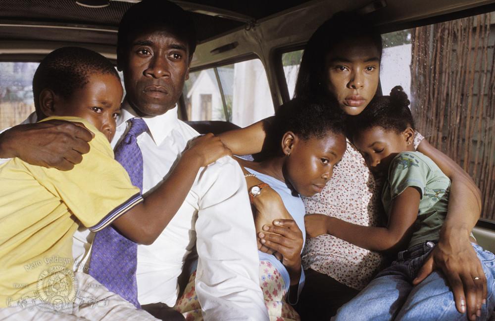 Các diễn viên Don Cheadle, Mosa Kaiser, Sophie Okonedo, Ofentse Modiselle và Mathabo Pieterson trong phim Hotel Rwanda' (2004)