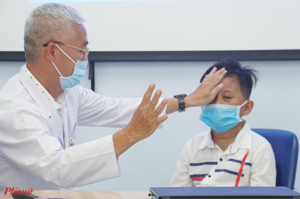 Bác sĩ Thái đang kiểm tra thị lực cho bé P.