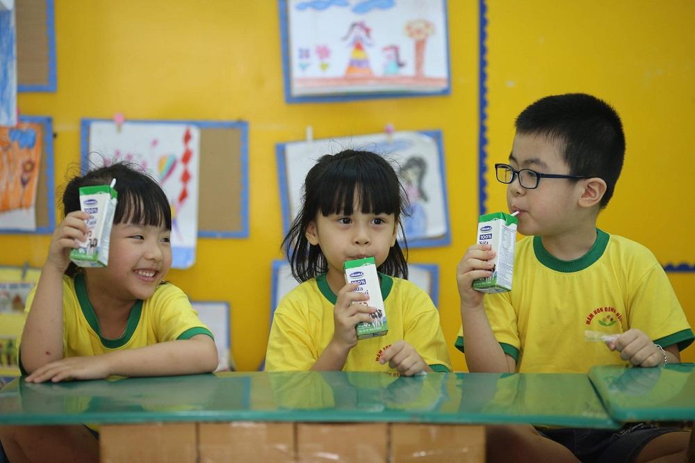 Uống sữa đều đặn sẽ giúp bổ sung dinh dưỡng, góp phần củng cố sức đề kháng, có thêm năng lượng để học tập