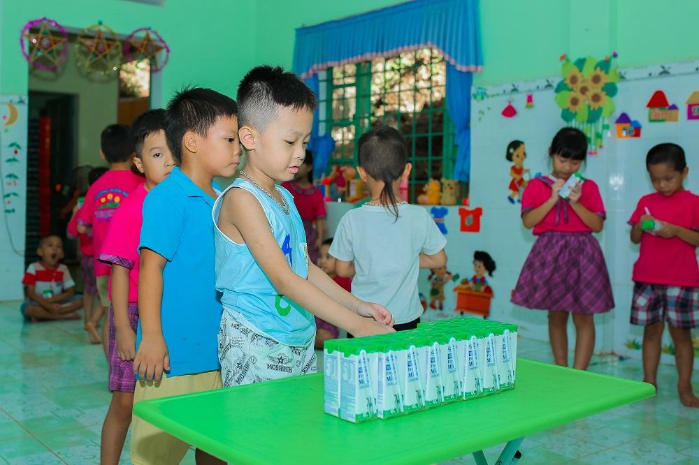 Chương trình Sữa học đường được tỉnh Quảng Nam và Vinamilk triển khai từ tháng 6/2020 dành cho 33.000 trẻ em thuộc 6 huyện miền núi của tỉnh