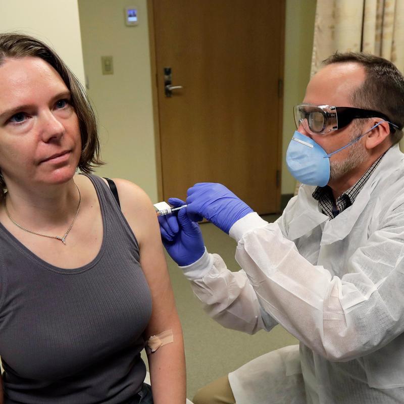 Các ứng cử viên vắc-xin chống COVID-19 hàng đầu của Mỹ đều đang thử nghiệm với 2 liều cho mỗi cá nhân.