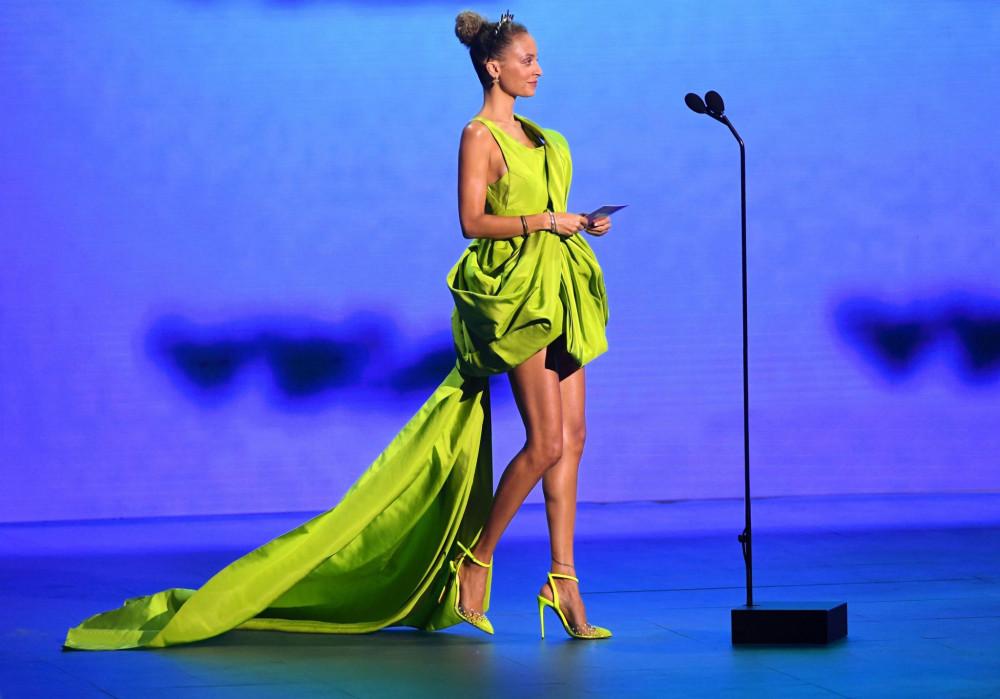 Tối 30/8 (theo giờ địa phương), lễ trao giải VMAs 2020 (Video Music Awards) đã được diễn ra tại New York. Do ảnh hưởng của dịch COVID-19, nên thảm đỏ sự kiện được tổ chức nhỏ gọn, một cách biệt lập, các buổi biểu diễn rải rác tại 5 quận của New York với số lượng khán giả hạn chế hoặc không có. Nữ diễn viên Nicole Richie tham gia sự kiện với bộ váy màu xanh neon nổi bật, kết hợp với giày cao gót đồng điệu màu sắc.