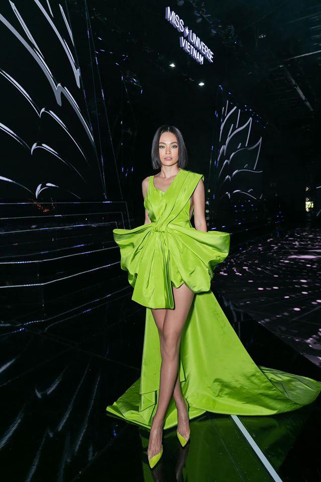 Điều đáng chú ý là thiết kế này đã từng được nhiều nghệ sĩ, người đẹp Việt chọn diện. Á hậu Hoàn vũ Việt Nam 2017 Mâu Thuỷ chọn diện thiết kế trên khi đảm nhận vai trò MC hậu trường trong đêm chung kết Hoa hậu Hoàn vũ Việt Nam 2019.