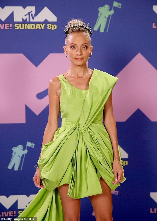 Được biết, Nicole Richie không trang điểm quá nhiều vì cô muốn giữ làn da rám nắng tự nhiên. Kiểu tóc của nữ diễn viên lấy cảm hứng từ những vũ công ba-lê. Chia sẻ về diện mạo trên thảm đỏ, cô cho biết chọn màu xanh vì dự án sắp tới đây của cô đề cập đến rau hữu cơ.
