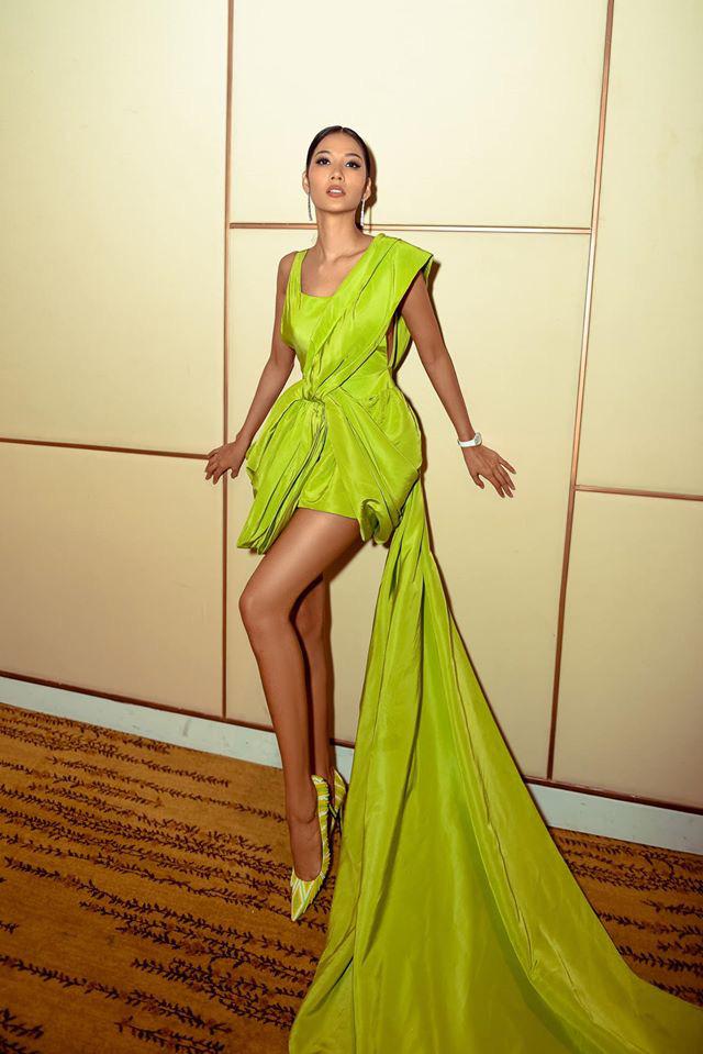 Á hậu Hoàng Thuỳ cũng từng diện mẫu váy trên trong một sự kiện.