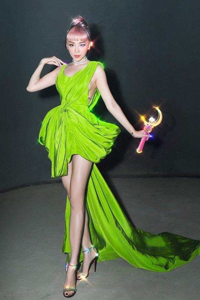 Ngoài phần chân váy cao trên gối, thiết kế còn xẻ ở hông tăng thêm sự gợi cảm, trẻ trung. Ca sĩ Tóc Tiên