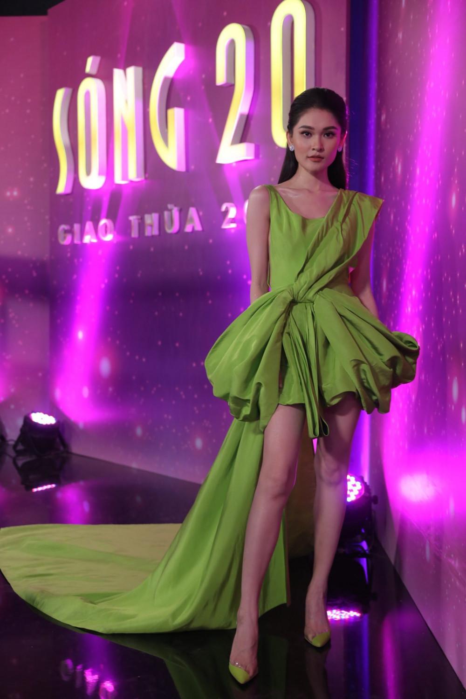 Á hậu Thuỳ Dung sử dụng mẫu váy khi làm MC cho một chương trình vào đầu năm 2020.