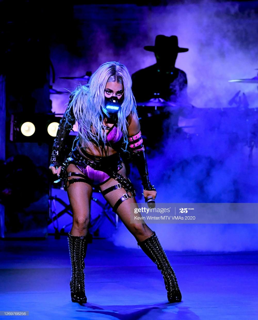 Lady Gaga còn đầu tư thêm chiếc khẩu trang không đụng hàng khác để diện trong phần trình diễn tại lễ trao giải.