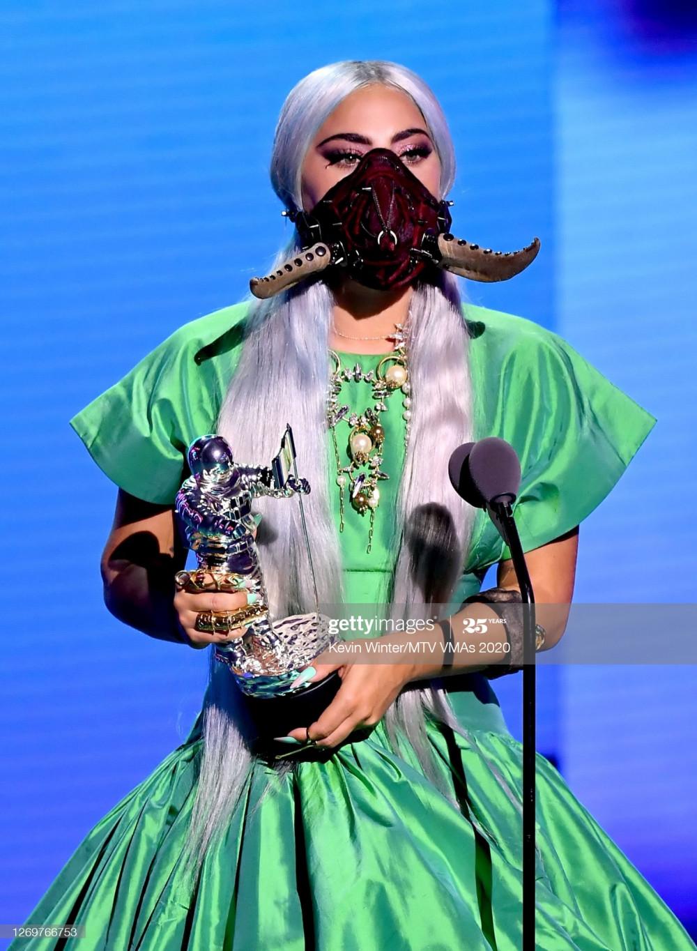 Một chiếc khẩu trang độc đáo khác được Lady Gaga sử dụng trong buổi nhận giải.