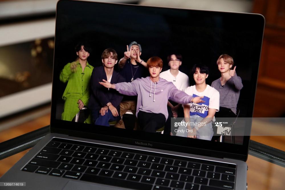 Hình ảnh BTS chia sẻ về các giải thưởng được nhận qua kết nối trực tuyến từ Hàn Quốc.