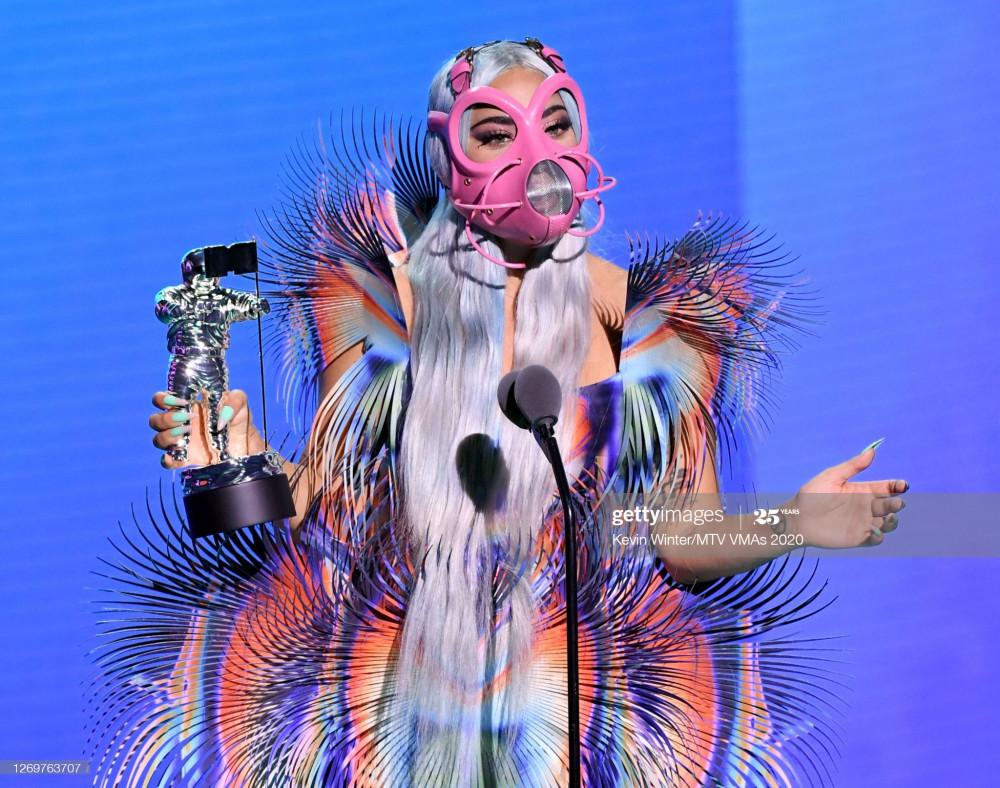 Lady Gaga với chiếc khẩu trang độc lạ, xuất hiện trên sân khấu MTV nhận giải.