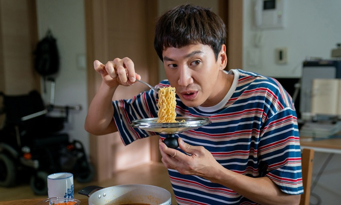 Lee Kwang Soo trong tác phẩm Thằng em lý tưởng.