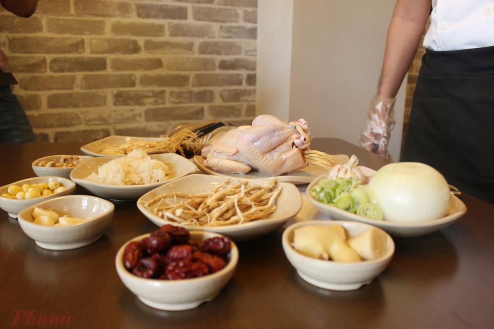 Canh gà hầm sâm có nguyên liệu khá đơn giản.
