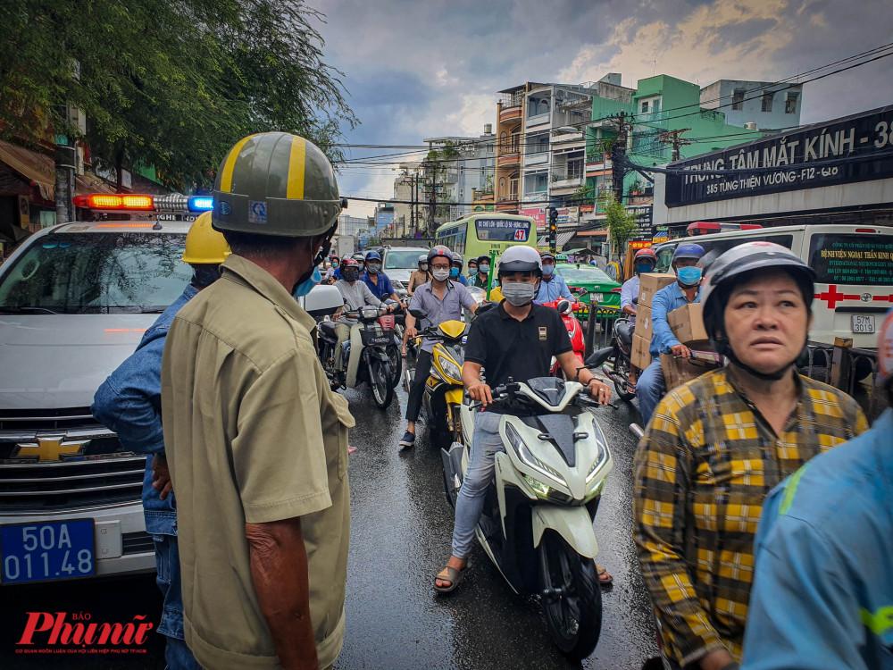 Vụ việc xảy ra vào giờ cao điểm khiến giao thông qua khu vực trên gặp nhiều khó khăn