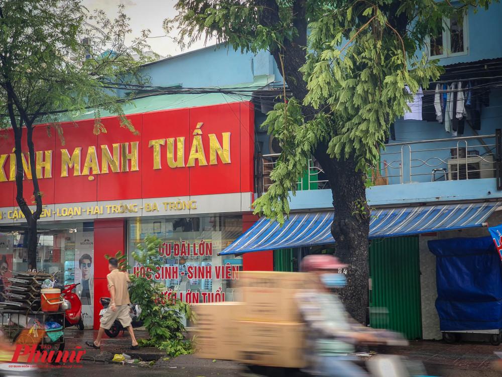 Người đàn ông đang dọn dẹp nhánh cây gãy trên đường Tùng Thiện Vương (Quận 8)