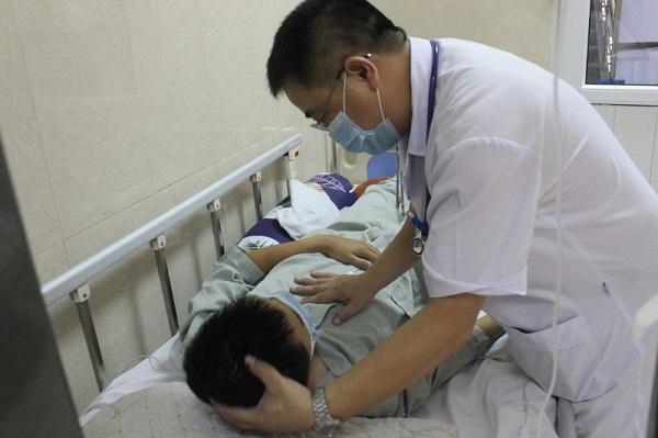 Tại bệnh viện, các bác sĩ chỉ định cho bệnh nhân làm xét nghiệm và chiếu chụp cần thiết, đặc biệt có chọc dịch não tủy. Khi chọc não tủy thấy dịch não tủy của bệnh nhân đục, áp lực tăng…