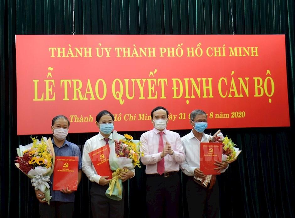 Phó Bí thư Thường trực Thành ủy TP Trần Lưu Quang trao quyết định chúc mừng các đồng chí nhận quyết định