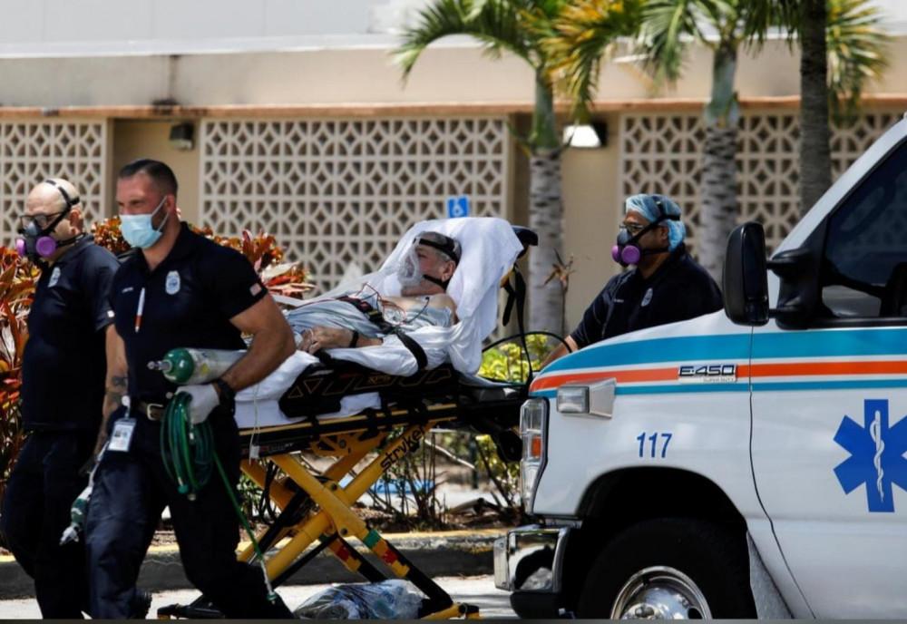 Các kỹ thuật viên y tế khẩn cấp (EMT) rời đi cùng một bệnh nhân tại Bệnh viện Hialeah, nơi bệnh nhân mắc bệnh coronavirus (COVID-19) được điều trị