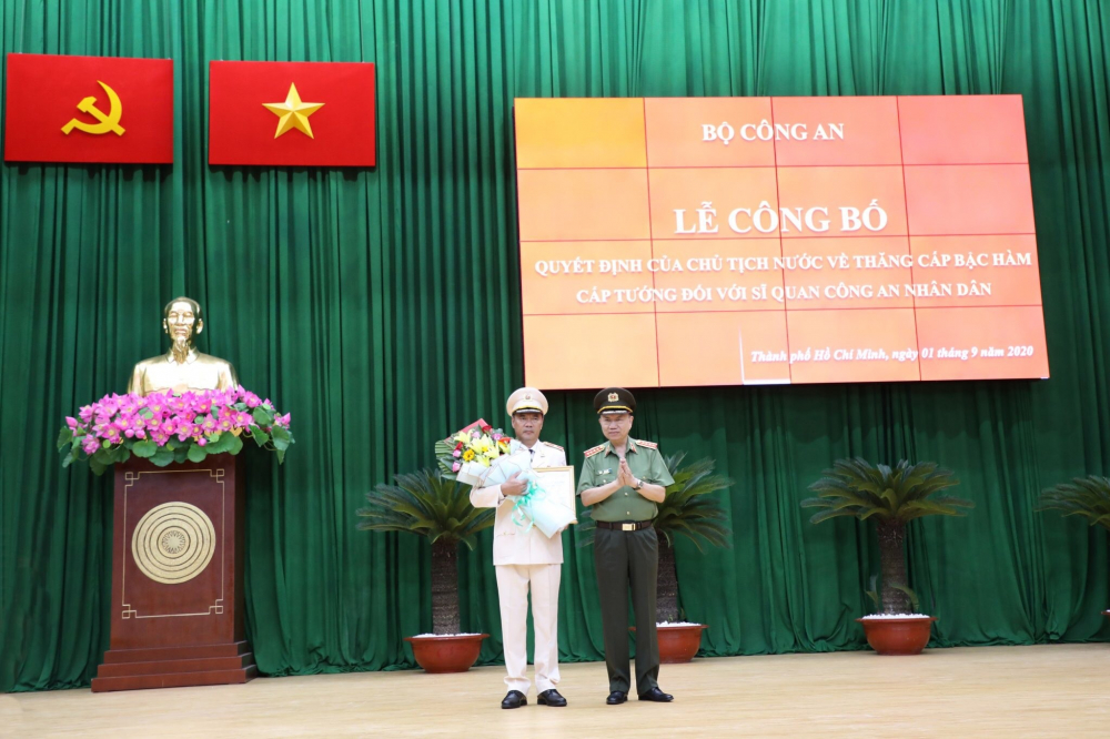 Đại tướng Tô Lâm thừa uỷ quyền của Chủ tịch nước trao quyết định cho đồng chí Cao Đăng Hưng - Ảnh: C.T.