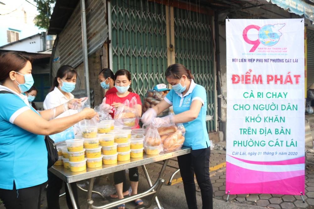 Điểm phát bữa sáng trên đường Lê Văn Thịnh, đoạn gần chợ Cây Xoài.