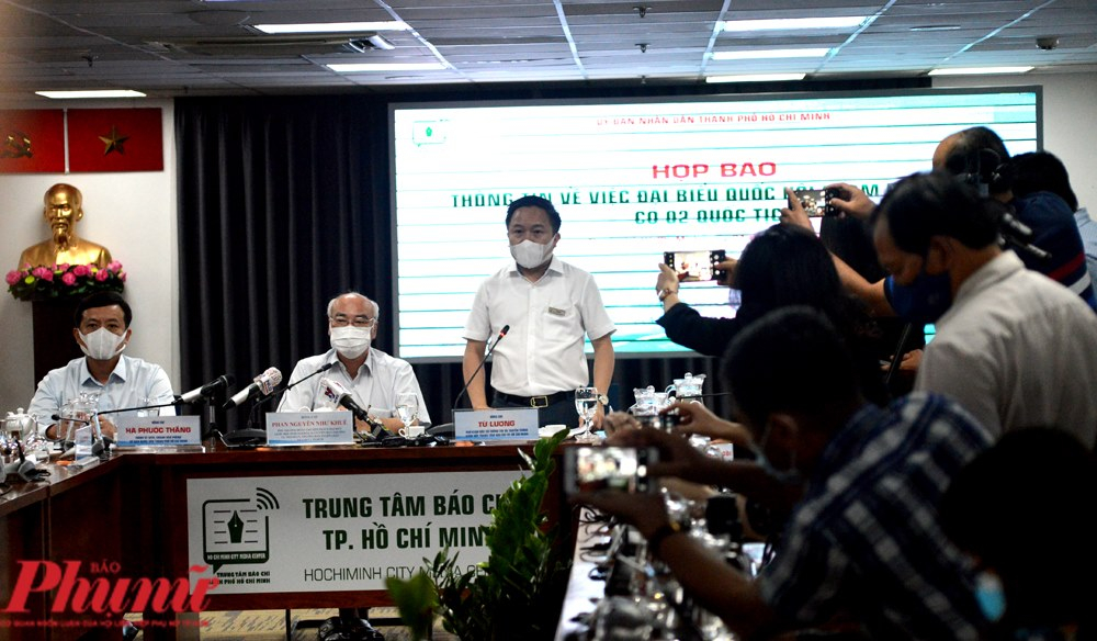 Ông Từ Lương - Giám đốc Trung tâm Báo chí TPHCM - cuộc họp báo về việc đại biểu Quốc hội Phạm Phú Quốc có 2 quốc tịch.