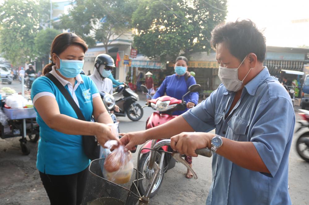 Bữa sáng đong đầy tình cảm của cán bộ, hội viên phụ nữ phường Cát Lái đến tay bà con lao động.