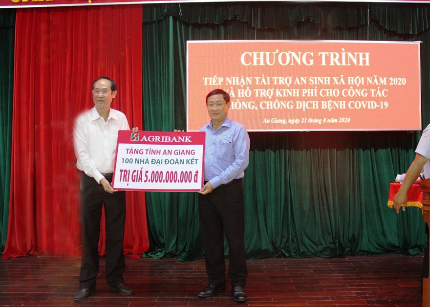 Ông Bùi Thanh Quang (bên trái) - Giám đốc Agribank chi nhánh tỉnh An Giang - đại diện Agribank trao tặng 100 nhà Đại đoàn kết cho tỉnh An Giang. Ảnh: Agribank cung cấp