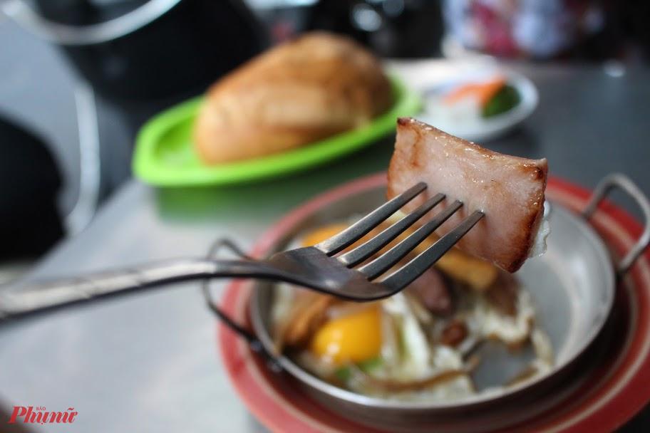 Ngoài trứng, các thành phần khác trong món ăn đếu do tiệm tự chế biến nên sau 62 năm vẫn giữ nguyên hương, vị.