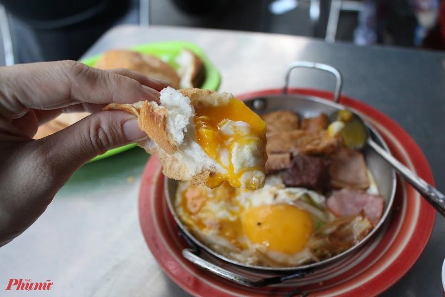 Dù khá đơn giản nhưng trứng ốp la của tiệm được thao tác cùng nhiệt độ, thời gian nên cả trăm chảo đêu có vị ngon như nhau.