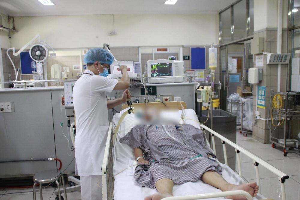 Bệnh nhân nam 70 tuổi, sử dụng pate Minh Chay vẫn đang phải thở máy