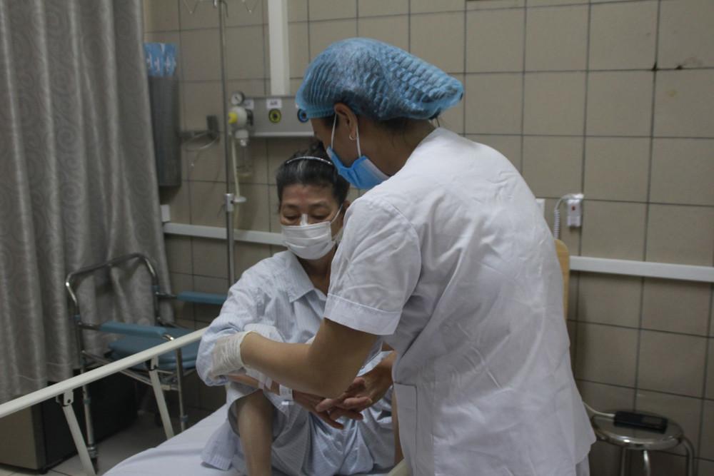 Bệnh nhân nữ 68 tuổi hiện đang hồi phục, có thể há miệng và ngồi dậy