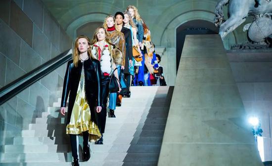 Tuần lễ thời trang Milan, Paris, New York... đồng loạt thông báo kế hoạch tổ chức khoảng thời gian đình trệ vì dịch COVID-19.