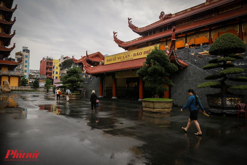 Tại chùa Việt Nam Quốc Tự (phường 12, quận 10)