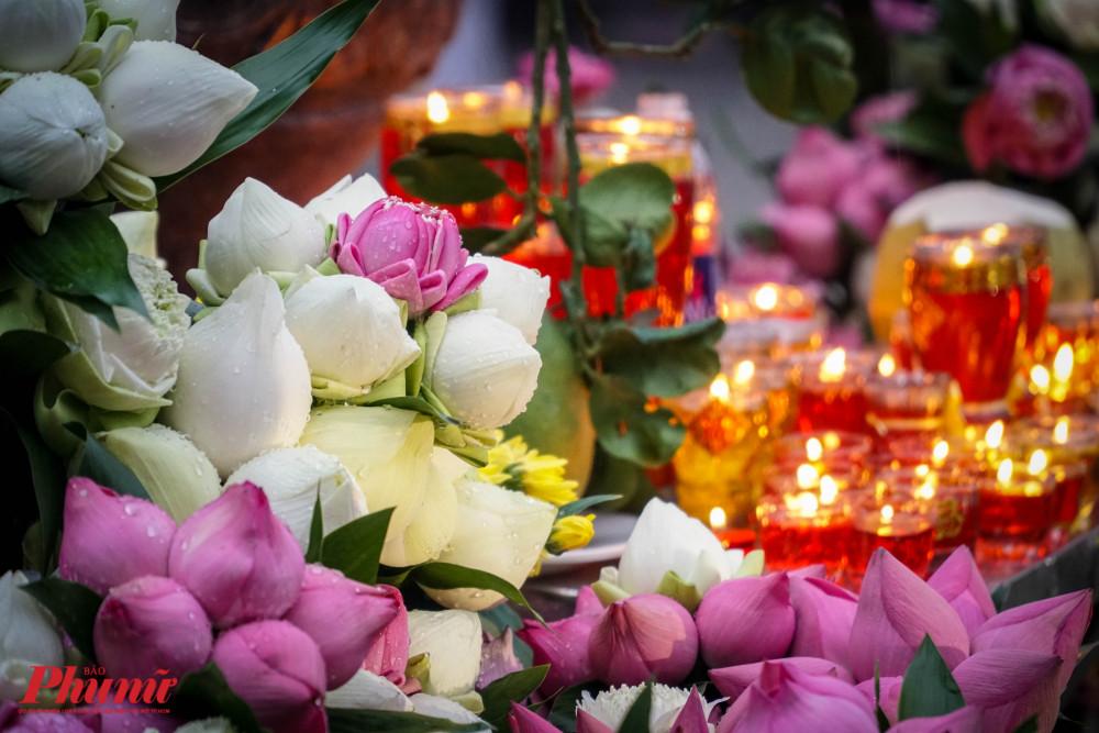 Hoa sen và nến được dâng lên tượng Quán Thế Âm Bồ tát ngay trung tâm khuôn viên chùa