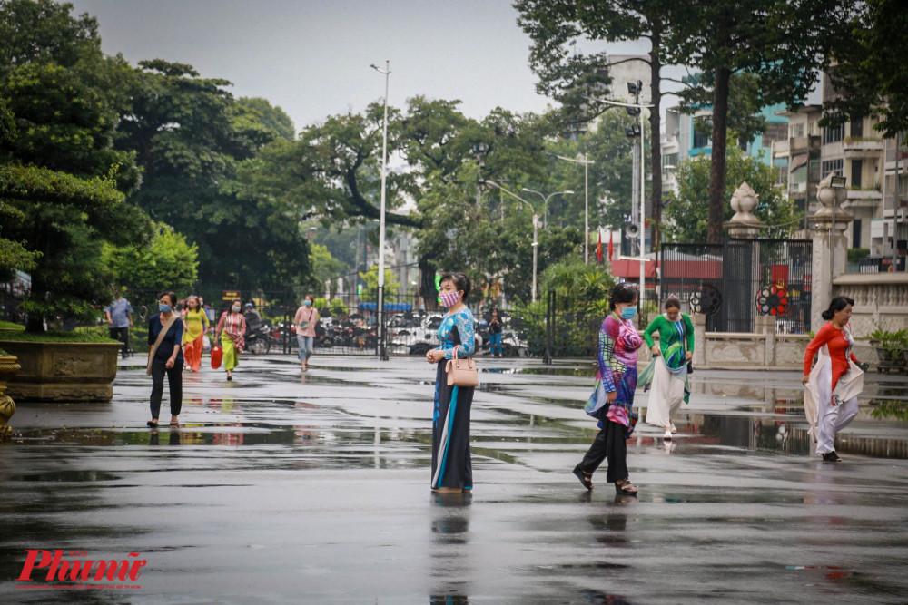 các dì, các chị mặc áo dài Tại Việt Nam Quốc Tự,